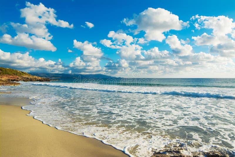 Download Wolken In Het Strand Van Le Bombarde Stock Afbeelding - Afbeelding bestaande uit sluit, nave: 54081633
