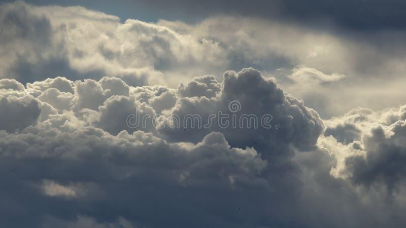 Wolken hierboven worden gezien die van stock fotografie