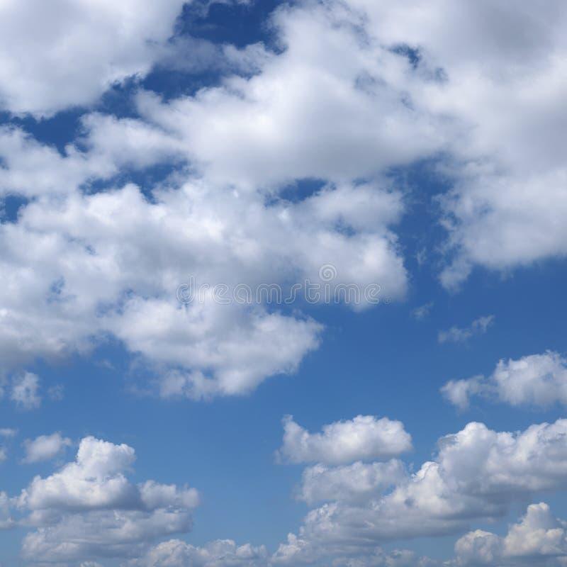 Wolken im blauen Himmel. lizenzfreie stockbilder