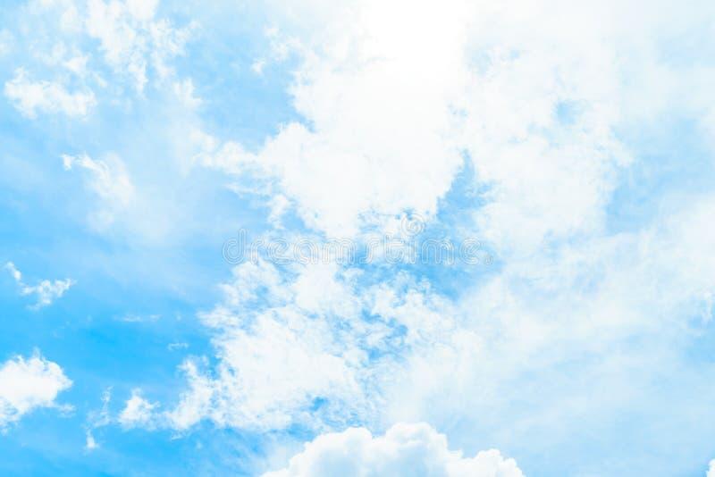 Wolken im blauen Himmel stockbild