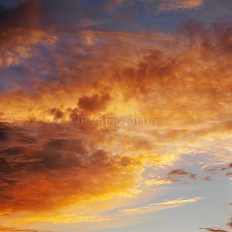 Wolken im Himmel mit Sonnenuntergang. lizenzfreie stockfotos