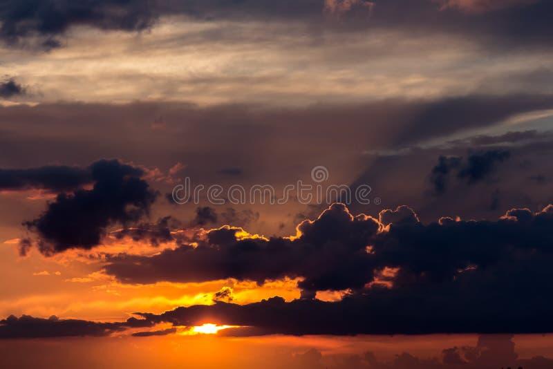 Wolken im Sonnenuntergang vor einem Regen im August stockbilder