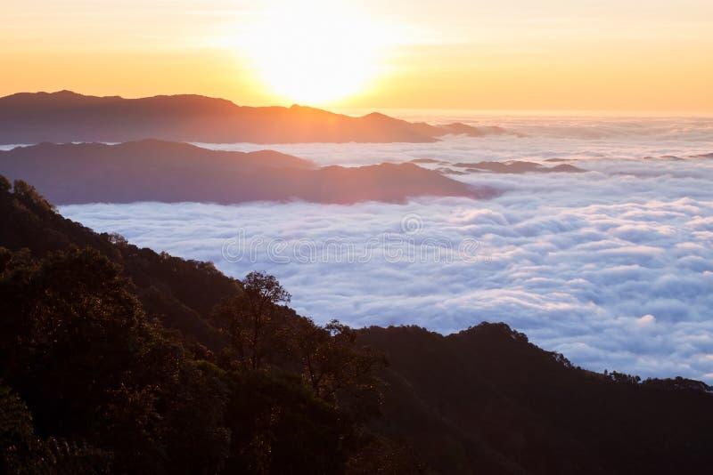 Wolken mögen Meer und Wasserfall im hohen Berg Sonnenaufgang bei Doi P stockfotos