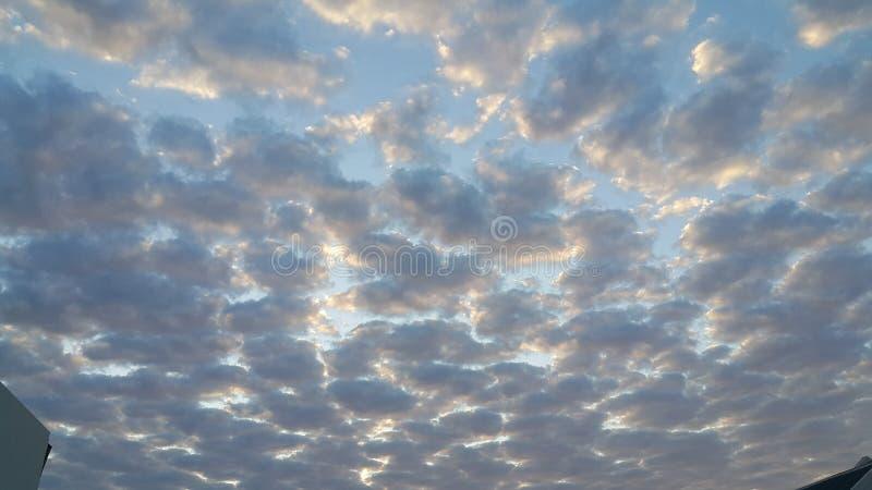 Wolken mögen Rohbaumwolle lizenzfreie stockbilder