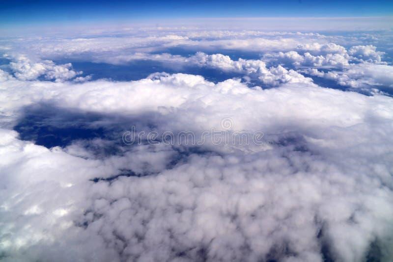 Wolken met de blauwe die hemel van het vliegtuig wordt gezien royalty-vrije stock foto