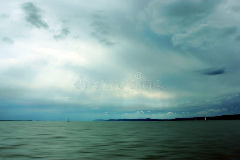 Wolken met licht bij meer royalty-vrije stock foto