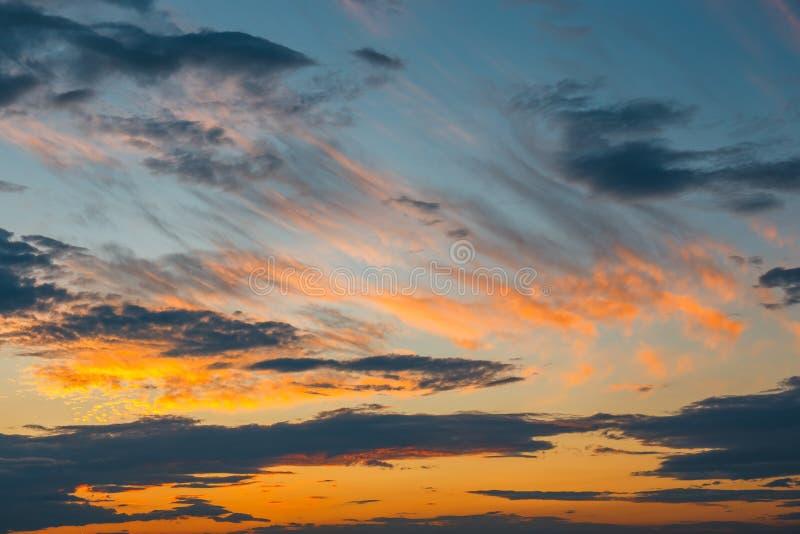 Wolken mit Abendsonnenuntergang im Hintergrund stockfotografie