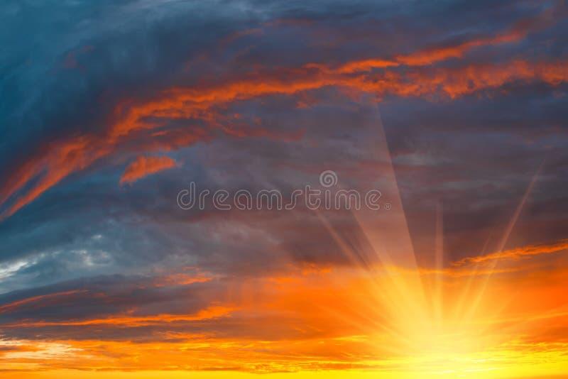 Wolken mit Abendsonnenuntergang im Hintergrund stockbilder