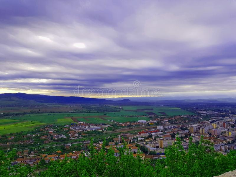 Wolken, ontzagwekkende mening, perfecte meningsstad, gebouwen stock fotografie