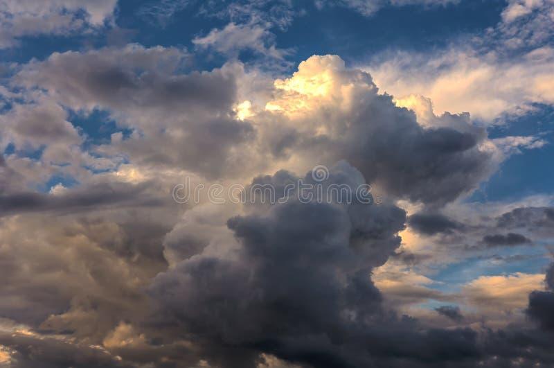 Wolken op blauwe hemel royalty-vrije stock foto