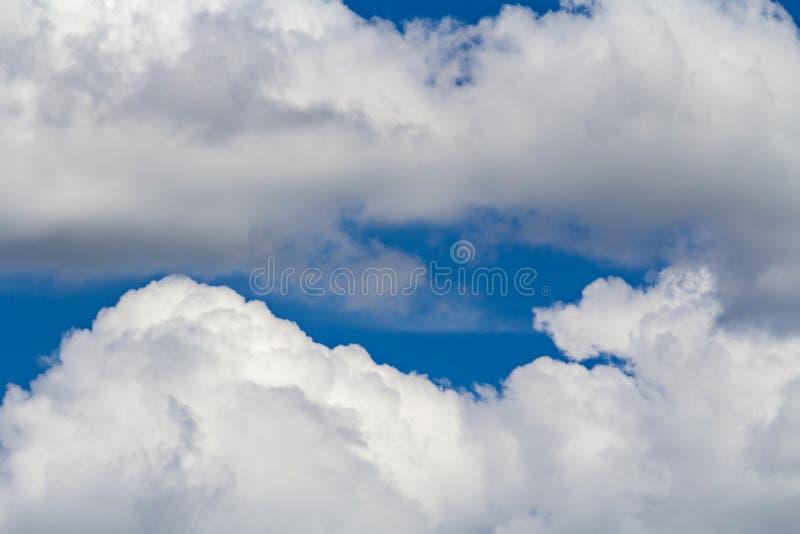 Wolken op blauwe hemel royalty-vrije stock afbeelding
