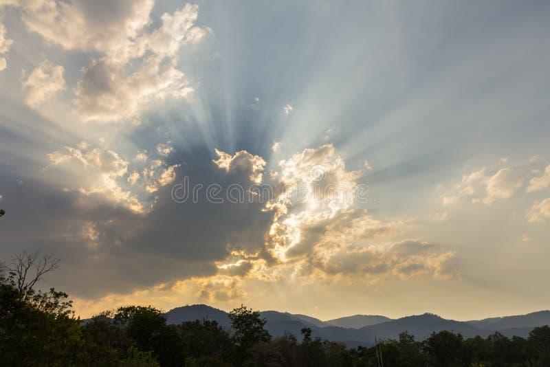 Wolken op blauwe hemel en zonstraal royalty-vrije stock afbeelding