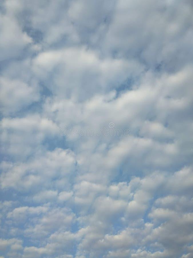 Wolken op blauwe hemel stock foto's