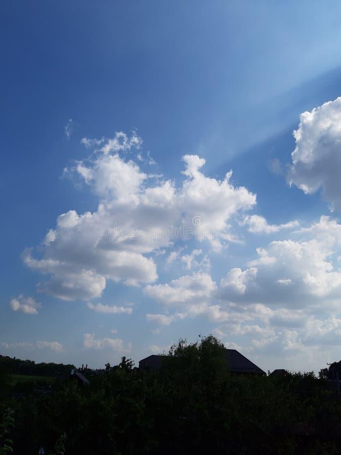 wolken op de blauwe hemel in het dorp royalty-vrije stock afbeeldingen
