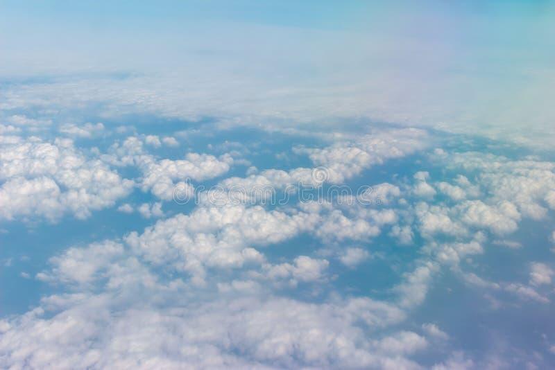 Wolken op de blauwe hemel stock afbeelding