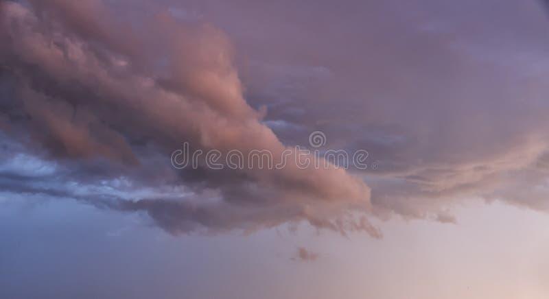 Wolken op de hemel in de avond stock afbeelding