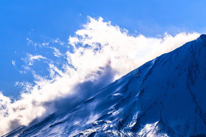 Wolken op de sneeuwhelling van Onderstel Fuji stock foto's