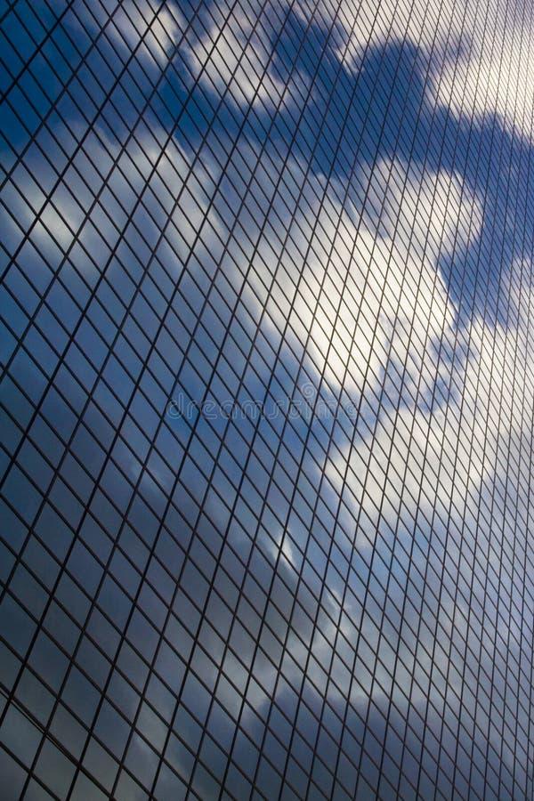Wolken op het bureaugebouw royalty-vrije stock afbeeldingen