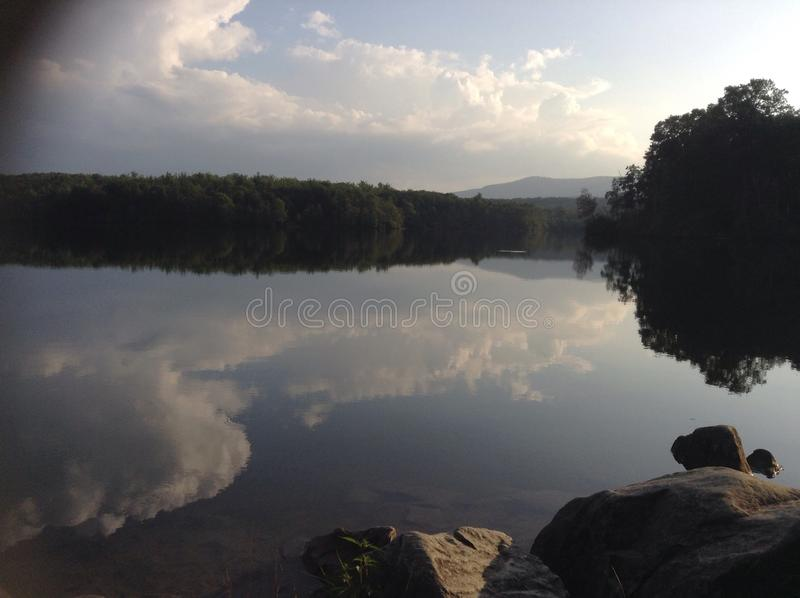Wolken op het meer royalty-vrije stock foto's