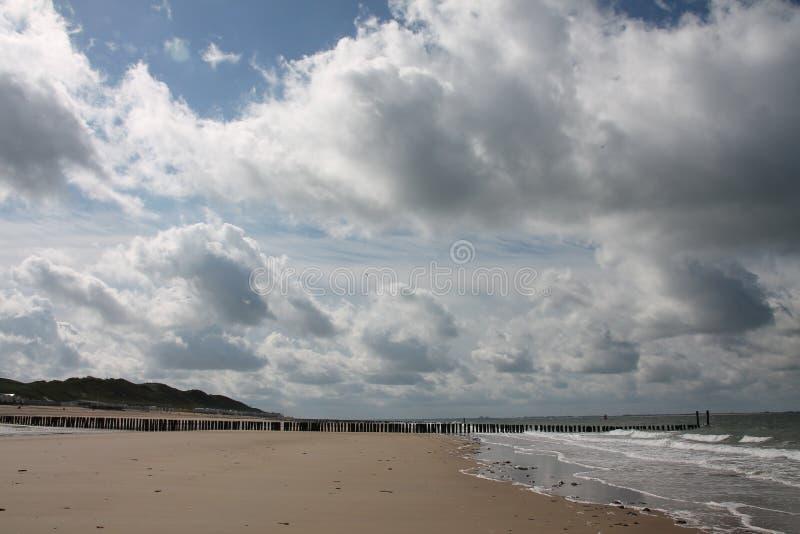 Wolken op het strand royalty-vrije stock afbeeldingen