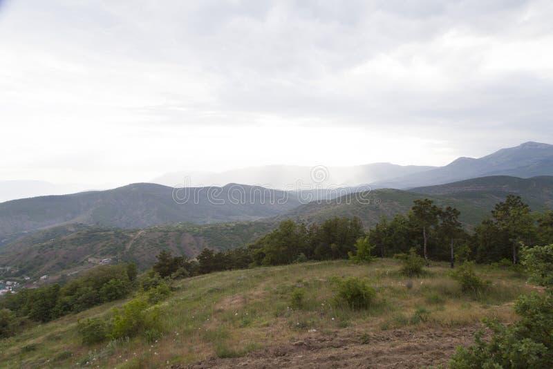 Wolken over bergen stock afbeeldingen