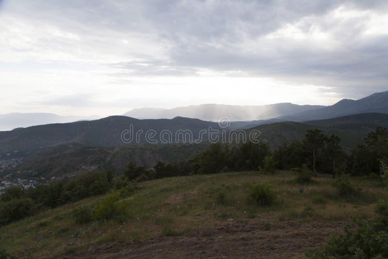 Wolken over bergen royalty-vrije stock fotografie