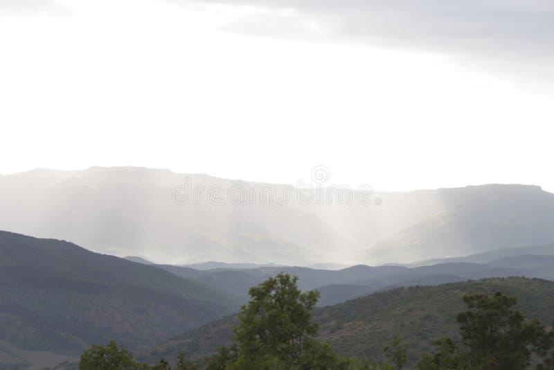 Wolken over bergen stock foto