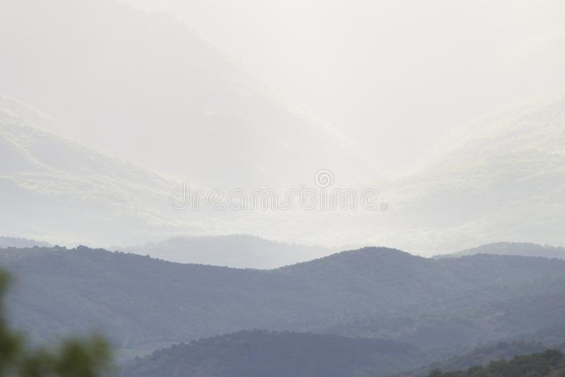 Wolken over bergen royalty-vrije stock afbeeldingen