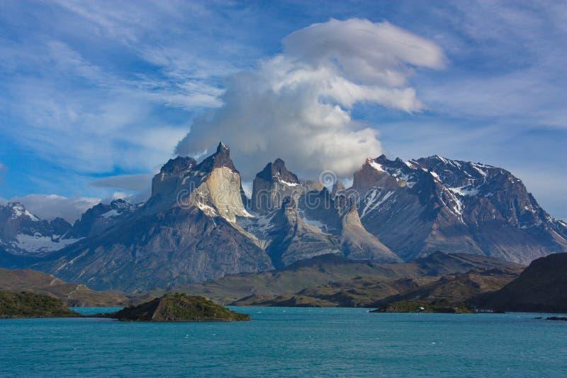 Wolken over Cuernos del Paine in nationaal park Torres del Paine in Chili royalty-vrije stock afbeeldingen