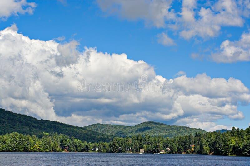 Wolken over de Bergen stock afbeeldingen