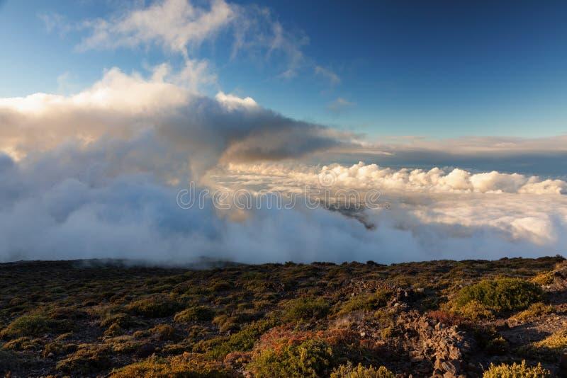 Wolken over de Haleakala-vulkaan stock foto