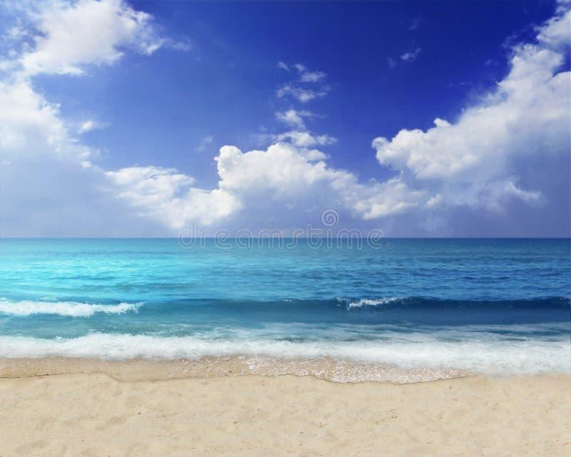 Wolken over de oceaan stock afbeelding