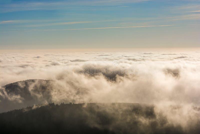 Wolken over de pieken van een berg stock foto
