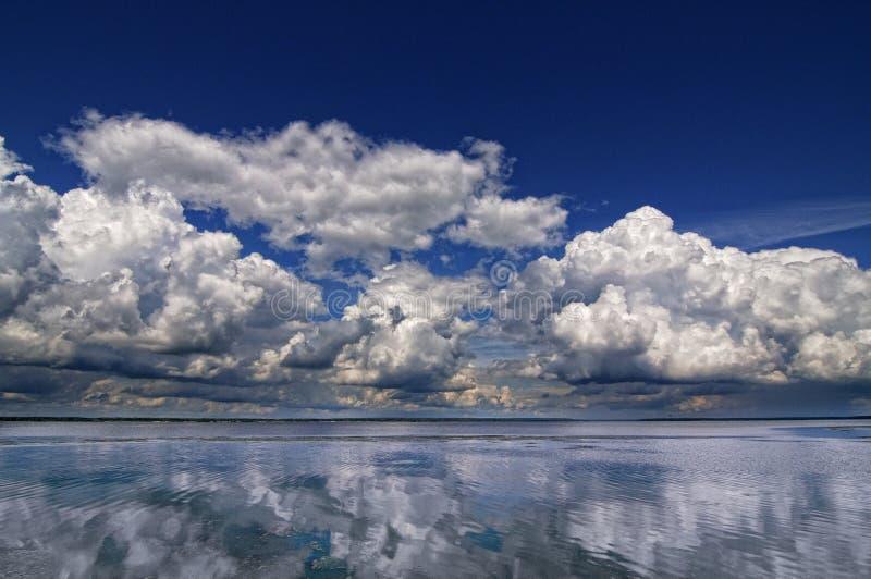 Wolken over de Volga rivier royalty-vrije stock fotografie
