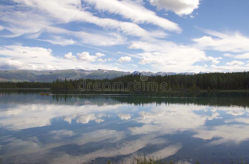 Wolken over een meer royalty-vrije stock foto's