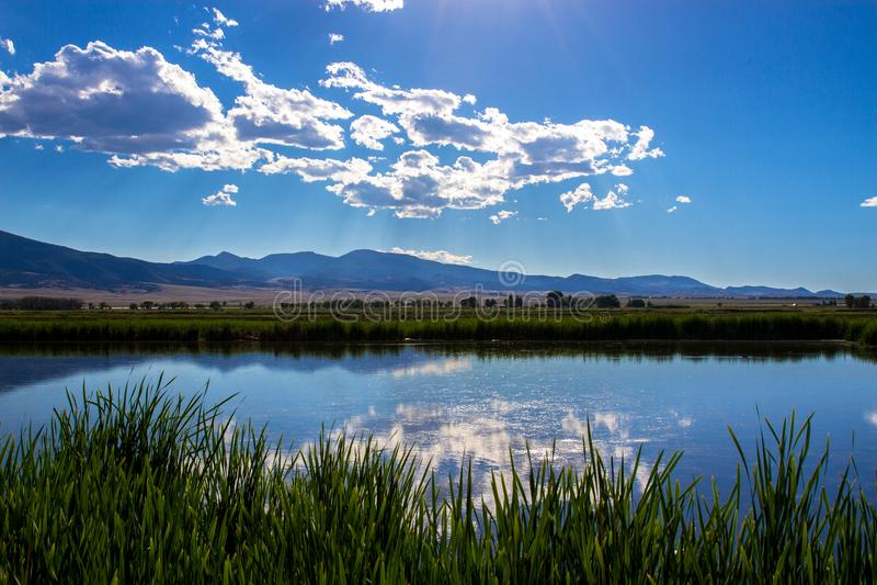 Wolken over het grote meer en het moeras in Monte Vista National Wildlife Refuge in zuidelijk Colorado stock afbeeldingen
