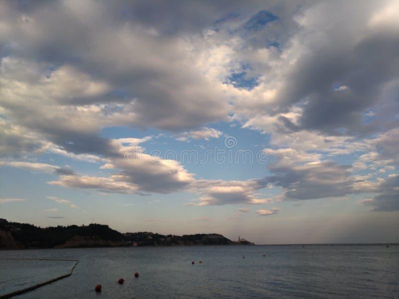 Wolken over het strand stock afbeeldingen