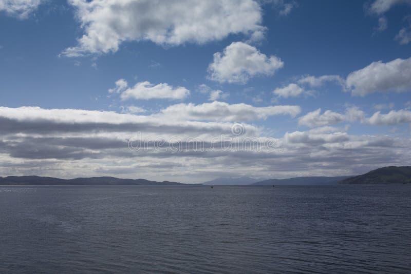 Wolken over loch Fyne op een de zomersdag royalty-vrije stock foto's