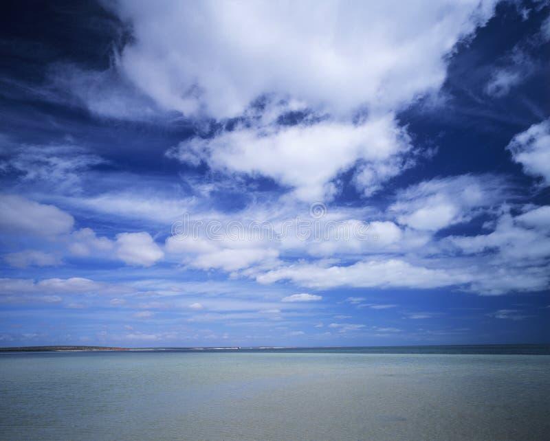 Wolken over oceaan stock afbeeldingen