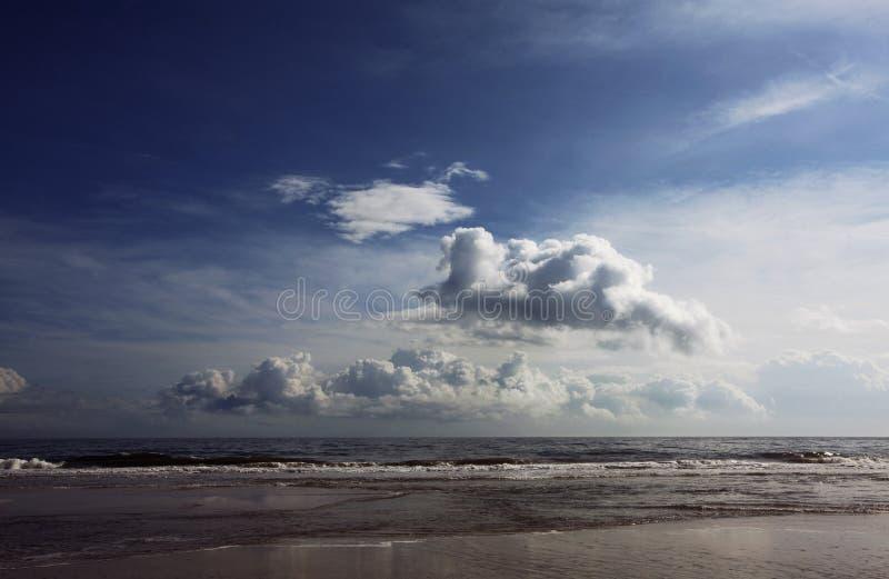 Wolken over strand royalty-vrije stock foto's