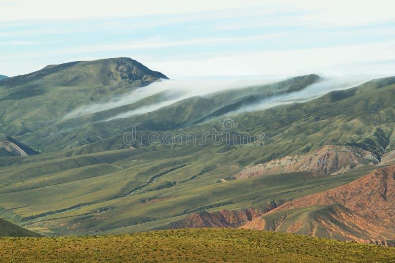 Wolken over vallei dichtbij plaats als Serrania del Hornocal wordt bekend die stock afbeelding