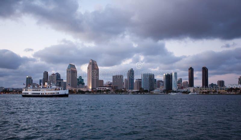 Wolken reflektieren Leuchte von den Diego-Skylinen lizenzfreie stockbilder