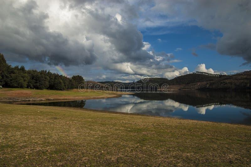 Wolken reflektieren sich stockfoto