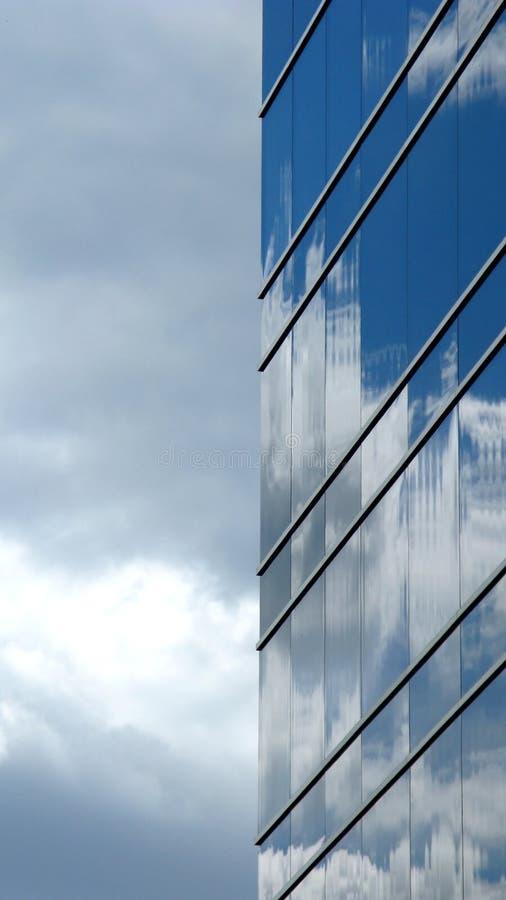 Wolken reflektiert im Wolkenkratzer lizenzfreies stockbild