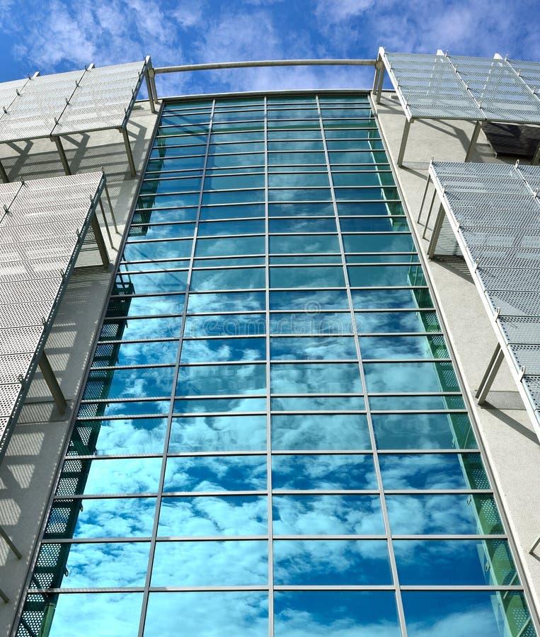 Download Wolken Reflektierten Sich In Den Fenstern Stockbild - Bild von draußen, korporativ: 26373773
