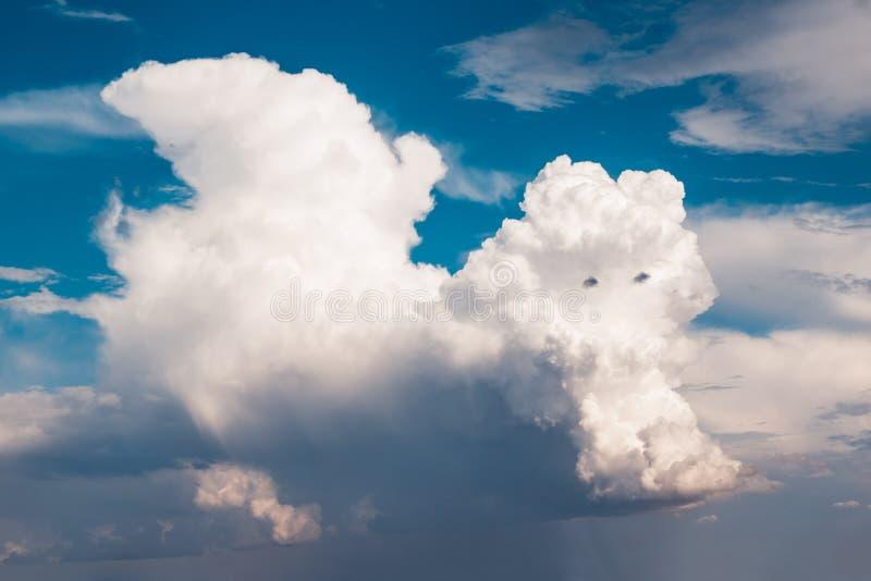 Wolken spielen geformtes wie ein schöner Drache für Hintergrund lizenzfreies stockbild