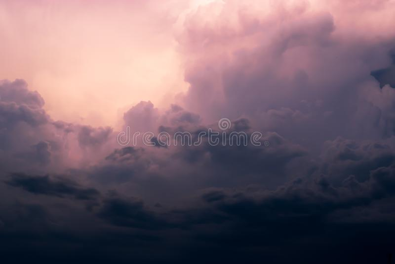 Wolken stürmisch und hell Wolken furchtsam stockbild