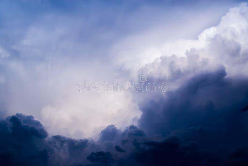 Wolken stürmisch und hell Wolken furchtsam lizenzfreie stockfotos