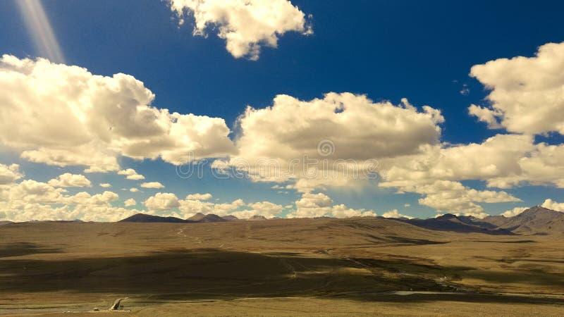 Wolken Toucing-Erd-und blauer Himmel-Landschaft lizenzfreies stockbild