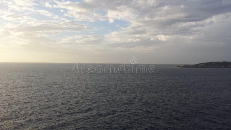 Wolken treffen den Ozean lizenzfreie stockfotos